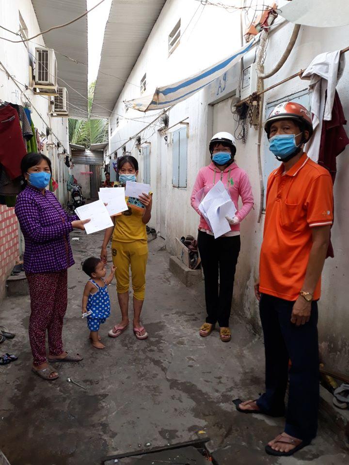 Ở xã Phước  Kiển, các chị trao tiền hỗ trợ những người bán vé số