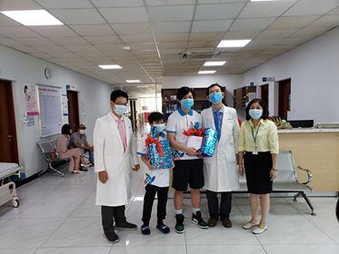 Bé trai 10 tuổi mắc COVID-19, điều trị tại Bệnh viện Nhi đồng Thành phố đã khỏi bệnh, xuất viện