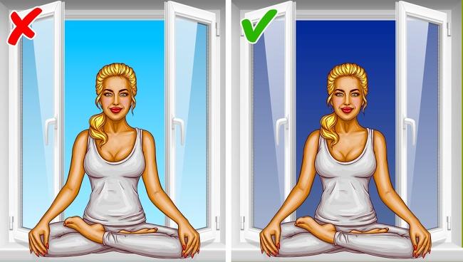 Tập yoga và thiền Thật khó để có thể tập trung khi phải chuẩn bị bước vào guồng quay mới của cuộc sống vào mỗi sáng sớm, bạn có thể thay đổi thời gian tập yoga và thiền vào buổi tối. Lúc này bạn sẽ có khoảng thời gian yên tĩnh cho riêng mình để thư giãn và giải tỏa căng thẳng hoặc những suy nghĩ tiêu cực sau một ngày làm việc. Ngày nay, việc thiền định đang rất phổ biến, bạn hãy dành ít nhất 10 phút mỗi ngày trước khi đi ngủ để giúp thanh lọc sức khỏe tinh thần của mình. Rất nhiều người không thể ngồi thiền vì có quá nhiều suy nghĩ khó chịu trong đầu và quá nhiều tiếng ồn xung quanh. Trong trường hợp này, điều quan trọng là phải tập trung sự chú ý của bạn vào nhận thức bên trong. Nằm xuống, nhắm mắt lại và suy nghĩ về từng bộ phận của cơ thể: tập trung vào nó và thả lỏng. Nó sẽ giúp bạn dễ ngủ hơn sau bài tập này.