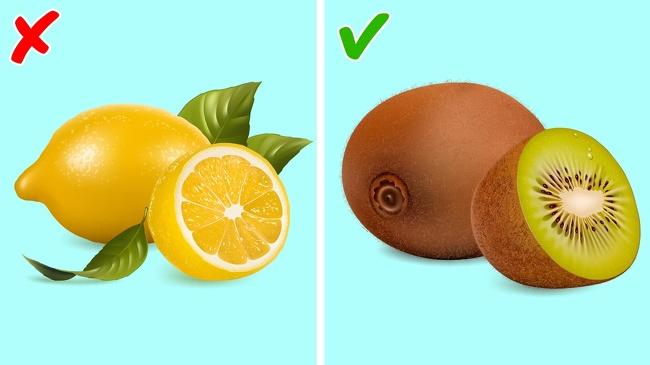 Ăn kiwi để ngủ ngon hơn Nhiều người thích ăn trái cây vào buổi sáng nhưng có một số loại trái cây mà chúng ta nên ăn vào buổi tối, như trái kiwi. Một số nghiên cứu cho thấy, ăn 2 quả kiwi một giờ trước khi đi ngủ trong suốt một tháng giúp bạn ngủ nhanh hơn và ngủ ngon hơn. Vitamin E và C giúp điều chỉnh các kết nối thần kinh trong não, khu vực chịu trách nhiệm cho chu kỳ giấc ngủ lành mạnh và sản xuất serotonin. Đừng thay kiwi bằng chanh: bạn sẽ phải gánh chịu hậu quả ngược lại. Chanh tiếp thêm sinh lực cho cơ thể chúng ta và cung cấp cho chúng ta năng lượng. Ngoại lệ duy nhất nếu bạn muốn sử dụng chanh trước khi ngủ là một cốc nước ấm với mật ong và chanh.