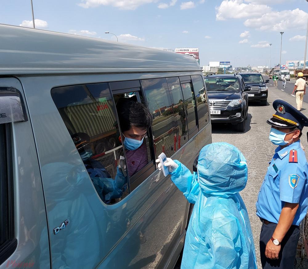 Hai người đàn ông Trung Quốc sốt cao bị chốt kiểm soát dịch TPHCM phát hiện.