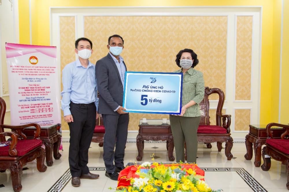 Ông Sai Ramana Ponugoti, Tổng giám đốc P&G Việt Nam, trao tặng gói tài trợ năm tỷ đồng thông qua Ủy ban Mặt trận tổ quốc Việt Nam