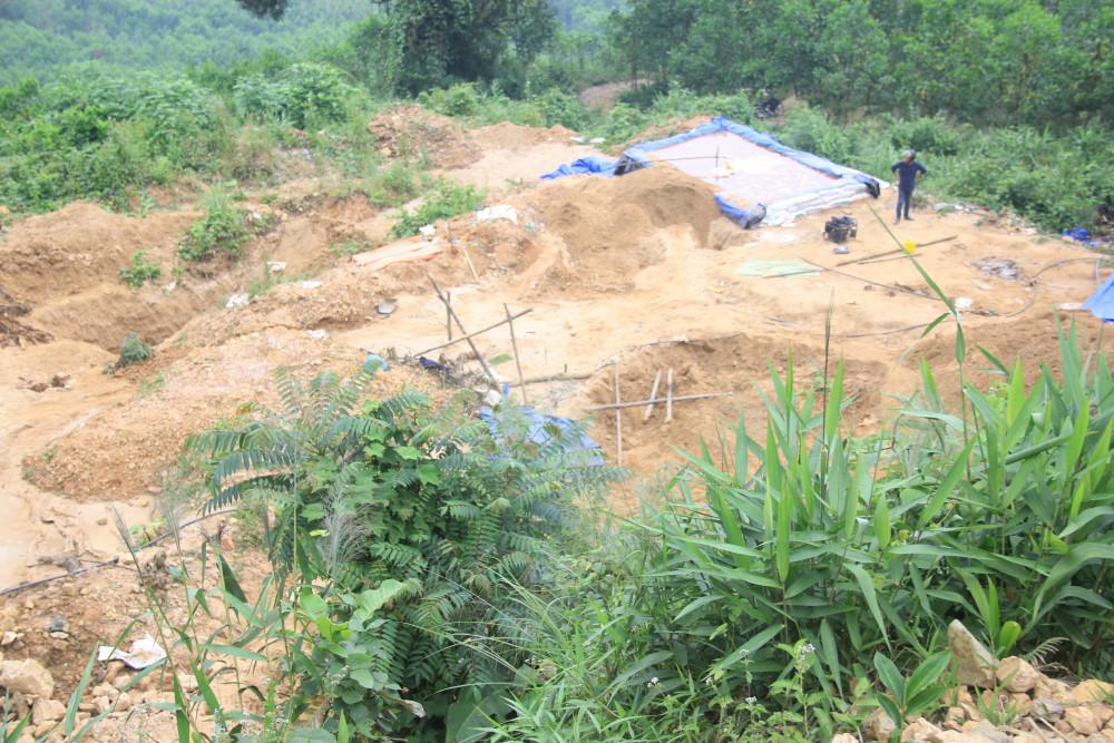 Những ngọn đồi ở Bồng Miêu bị đào xới nham nhở để khai thác vàng trái phép.