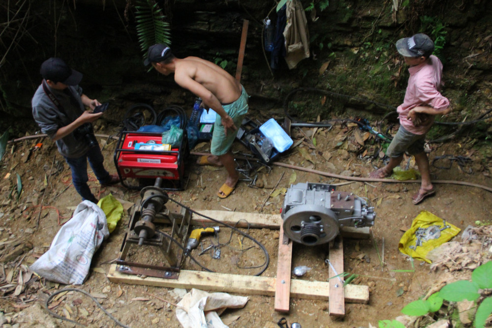 Những bãi khai thác trái phép sử dụng máy móc để lắng, lọc, tuyển quặng.