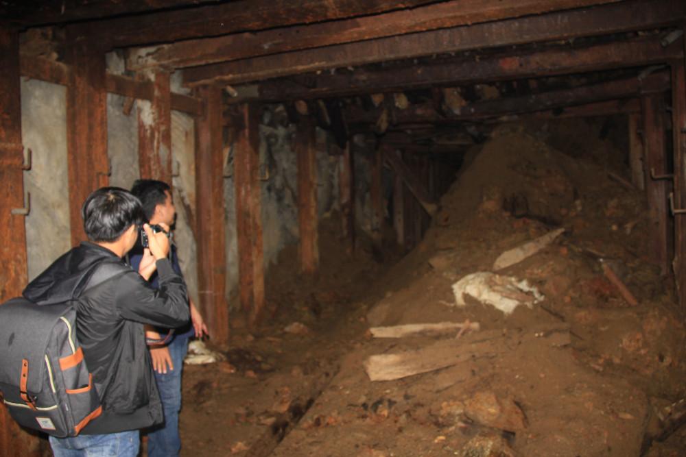 Những hầm lò cũ của công ty vàng Bồng Miêu để lại. Người dân vẫn lợi dụng để khai thác lại trong những hầm này, tiềm ẩn rất nhiều nguy cơ.