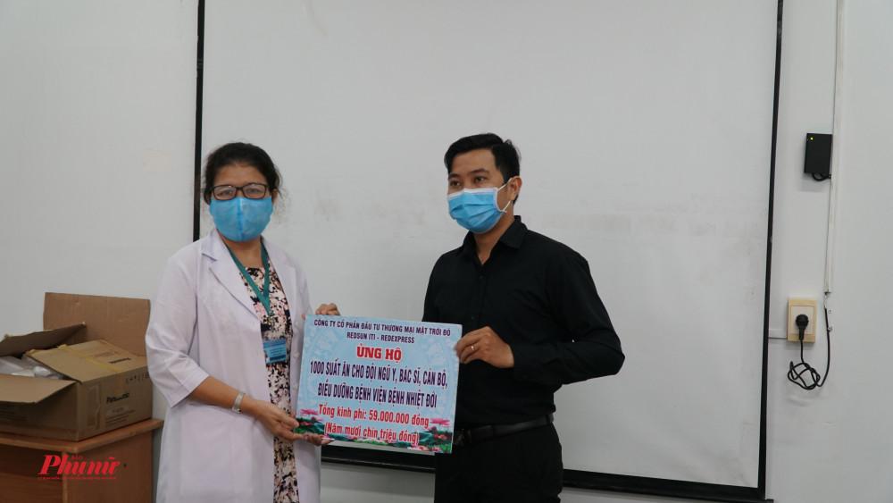 Mạnh thường quân bảng biểu trưng ủng hộ 1000 suất ăn cho đội ngũ y, bác sỹ, cán bộ, điều dưỡng bệnh viện bệnh Nhiệt đới