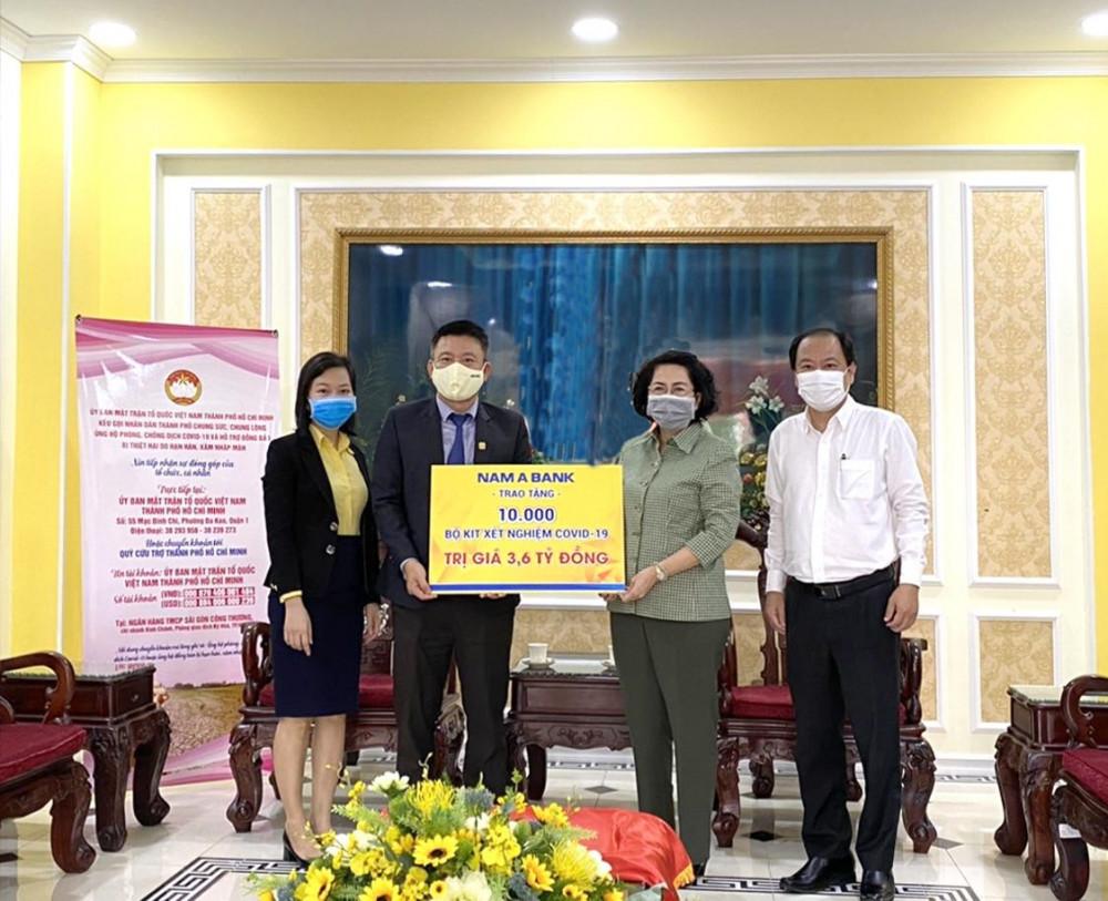 Ông Hoàng Việt Cường - Phó tổng giám đốc Nam A Bank trao tặng 10.000 bộ kit xét nghiệm COVID-19 cho đại diện Ủy ban Mặt trận Tổ quốc Việt Nam TP.HCM và Sở Y tế TP.HCM. Ảnh do Nam A Bank cung cấp