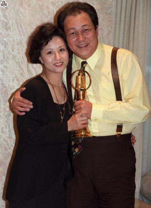 Hình ảnh hiếm hoi của Kim Siêu Quần và vợ