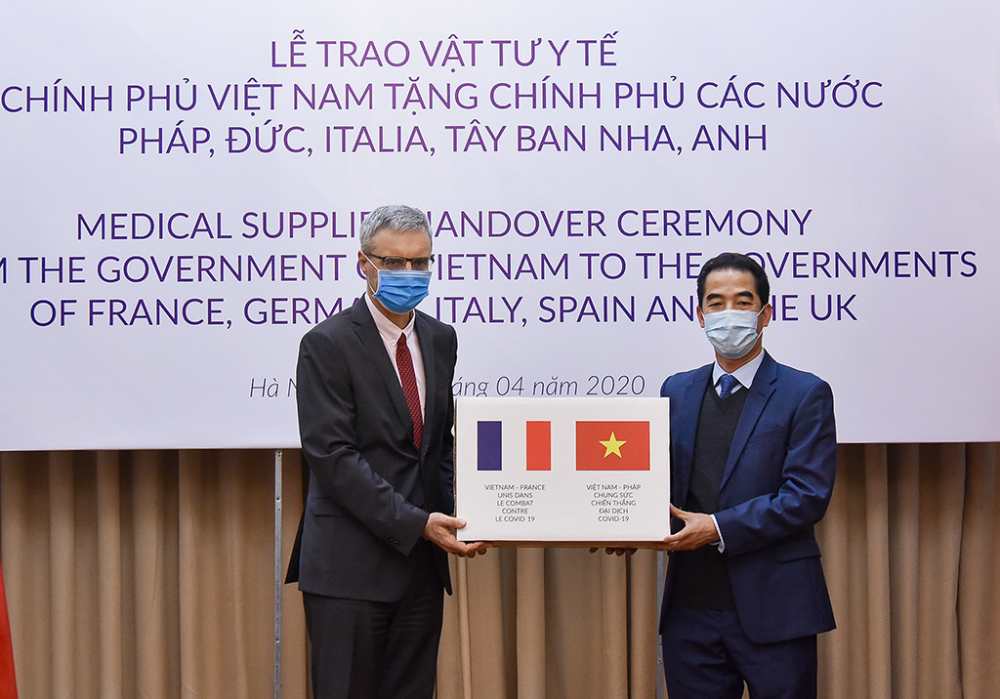 Thứ trưởng Ngoại giao Tô Anh Dũng trao hàng hỗ trợ phòng chống dịch COVID-19 của Chính phủ và Nhân dân Việt Nam gửi tặng Chính phủ và nhân dân các nước Pháp, Đức, Ý, Tây Ban Nha và Anh.