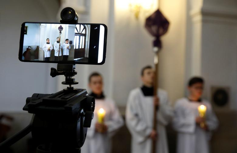 Chiếc điện thoại được dùng để quay lại lễ rước Đàng thánh giá tại một nhà thờ ở Gora Kalwaria, Ba Lan hôm 10/4.