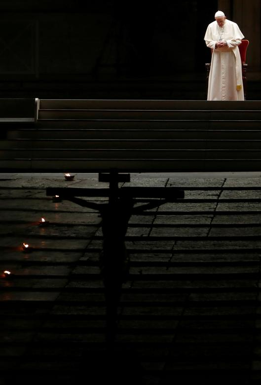 Giáo hoàng Phanxicô thực hiện nghi thức trong không gian tỉnh mịch, vắng lặng.