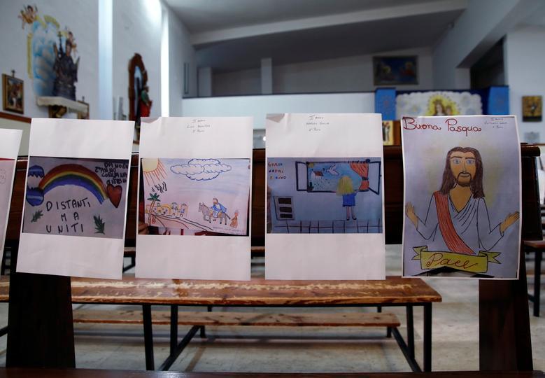 Những bức tranh do con em của các thành viên trong hội thánh vẽ, như thay thế cho sự có mặt của họ trong ngày lễ Thứ năm tuần thánh tại một nhà thờ ở Catania, Ý.
