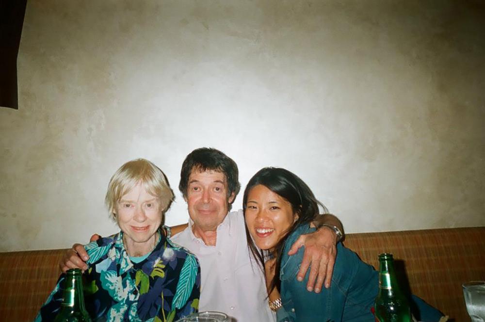 Cặp vợ chồng và cô con gái nuôi người Trung Quốc cùng chụp ảnh. Lois từng sảy thai một lần và cặp vợ chồng quyết định không sinh con.