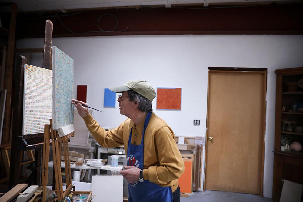 Howard vẫn vẽ mỗi ngày như thể đây là cách tốt nhất để ông giết thời gian trong mùa dịch. Howard cũng lục tìm lại tất cả hình ảnh đã chụp cùng vợ để tự mình ôn lại kỷ niệm.