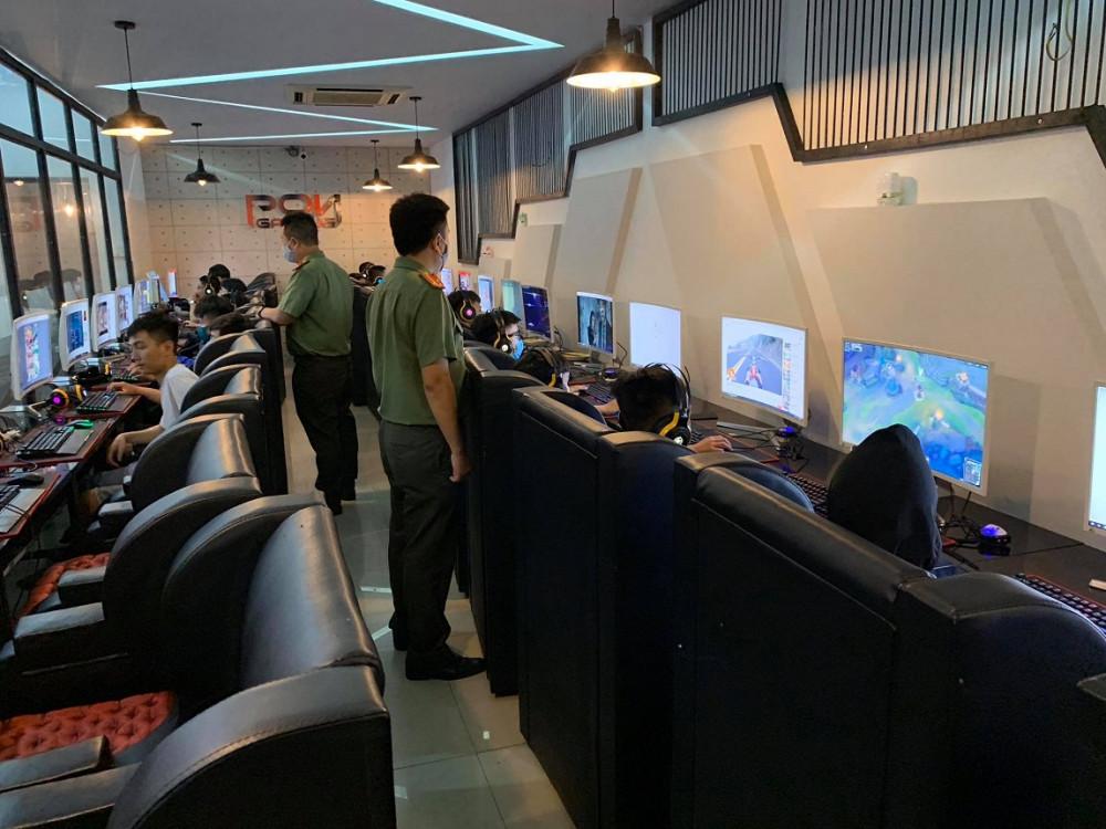 Lực lượng kiểm tra cơ sở kinh doanh internet của ông Lê Tuấn Anh