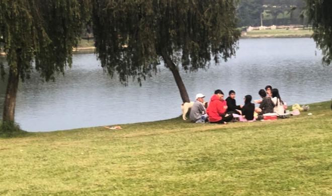 Hình ảnh nhóm thanh niên tụ tập ăn uống bên hồ Hồ Xuân Hương, Đà Lạt vào ngày 5/4.