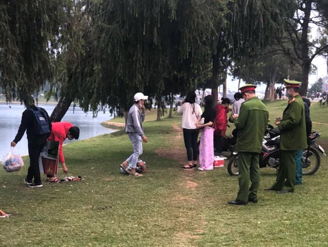 Lực lượng chức năng tại TP Đà Lạt xử lý các trường hợp tụ tập đông người trên địa bàn nhưng cho biết, tình trạng tái diễn liên tục.