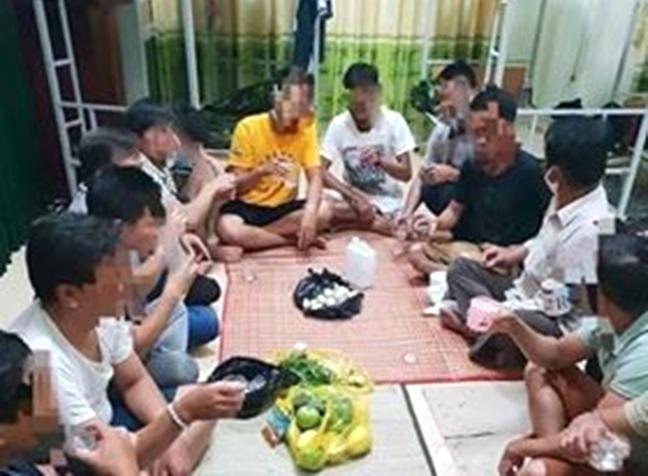 Một nhóm người tổ chức ăn nhậu tại khu cách ly ở Quảng Bình