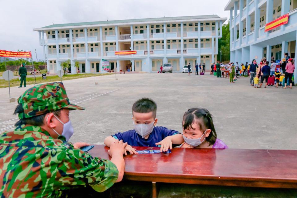 Cháu Minh Khang, Thùy An (quê Phú Lộc) bịn rịn chia tay đại úy - bác sĩ Giang (Ảnh Hồ Thanh Hải)