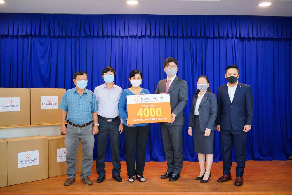 Ông Im Dong Jun, tân Tổng giám đốc kiêm Chủ tịch Hội đồng thành viên Hanwha Life Việt Nam cùng ban lãnh đạo trao tài trợ 4.000 bộ trang phục bảo hộ y tế cho đại diện Sở Y tế TP.HCM.