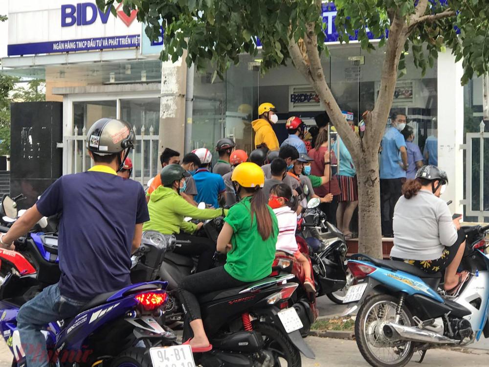 Công nhân chen chúc tại ATM chờ rút tiền chiều ngày 10/4
