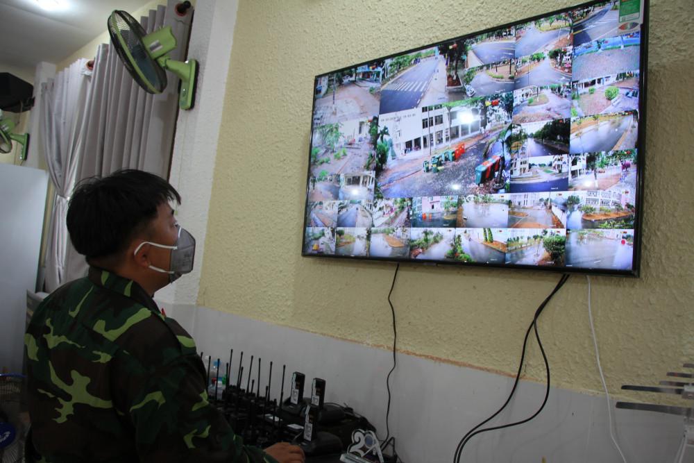 Một cán bộ tại khu chỉ huy đang theo dõi tình hình khu cách ly qua hệ thống camera quan sát.