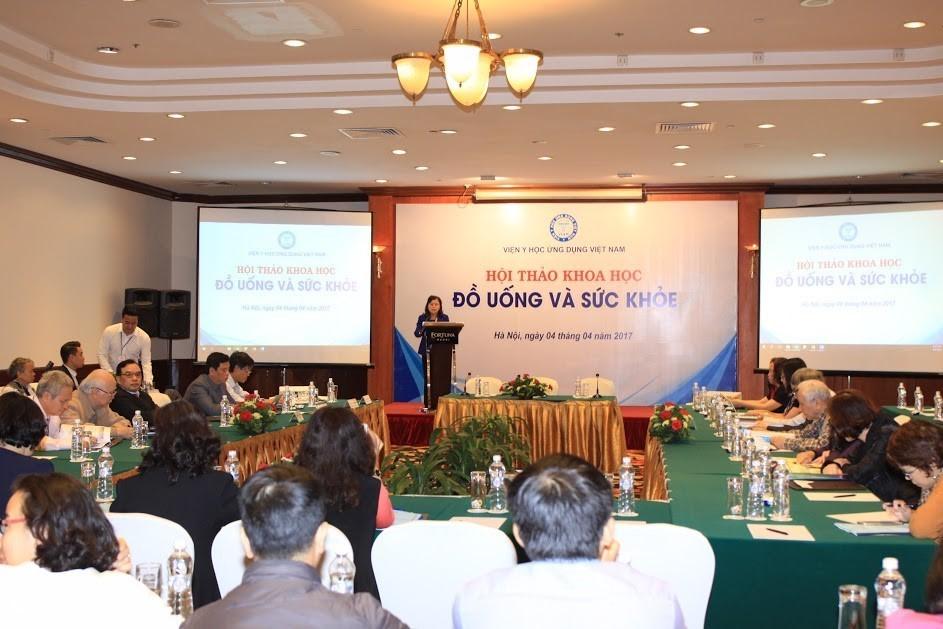 """Hội thảo """"Đồ uống và sức khỏe"""" tại Hà Nội năm 2017 của Viện Y học ứng dụng đã công bố kết quả về hiệu quả công thức của Trà thanh nhiệt Dr Thanh. Ảnh do Tập đoàn Tân Hiệp Phát cung cấp"""