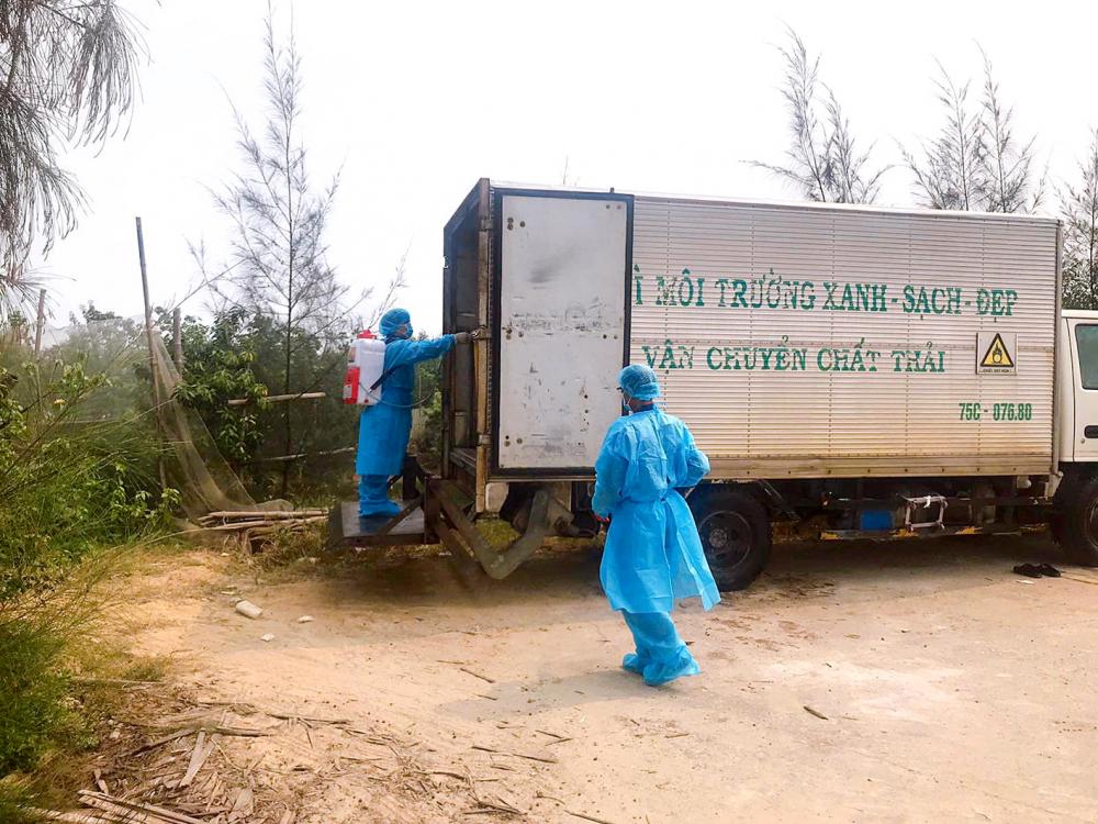Công nhân môi trường khử khuẩn rác trước lúc đưa về khu xử lý rác thải Thủy Phương, thị xã Hương Thủy, tỉnh Thừa Thiên - Huế