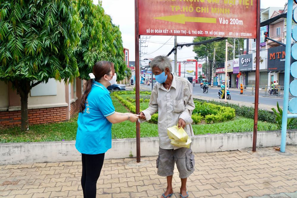 Các chị tặng thêm hộp cơm và ít tiền để cụ trang trải trong vài ngày tới.