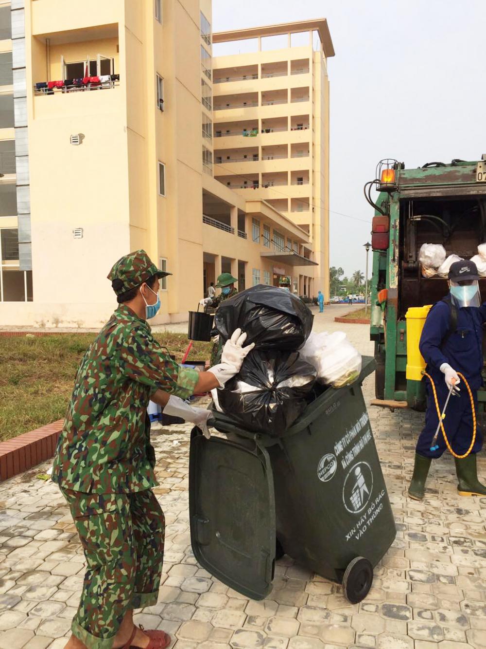Công nhân môi trường thu gom rác thải y tế tại  khu cách ly tập trung cho người nước ngoài ở TP.Đà Nẵng