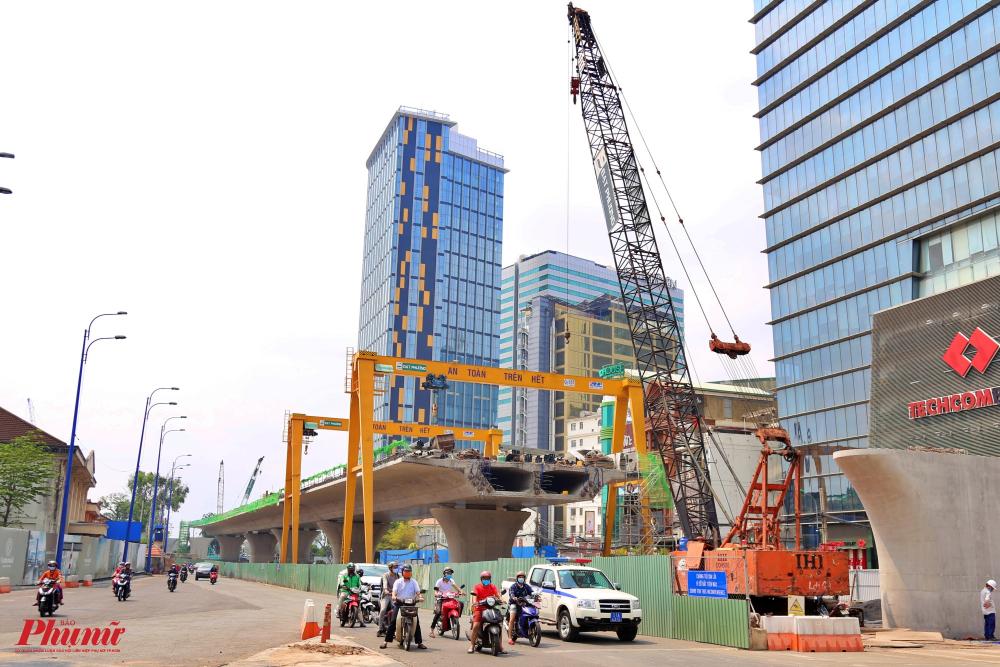 Đơn vị thi công đã lắp đặt rào chắn đường Tôn Đức Thắng (quận 1) để phục vụ thi công dự án nên khiến tuyến đường này bị thu hẹp diện tích.