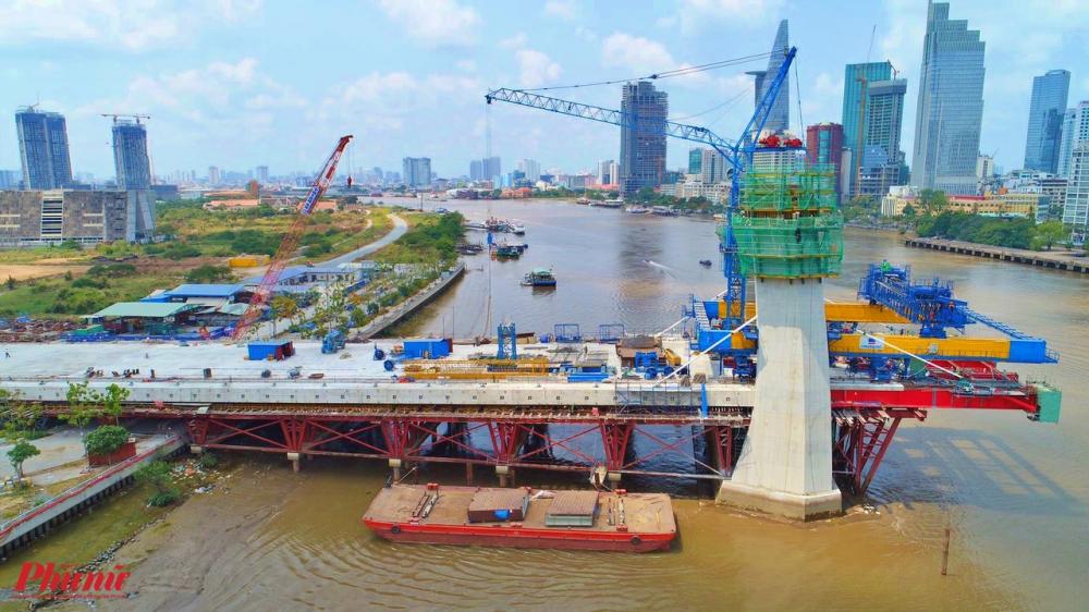 Công trình cầu Thủ Thiêm 2 phía quận 2 nhìn từ trên cao. Cây cầu này được xem là biểu tượng của TP HCM, bao gồm cả hệ thống kiến trúc cũng như cho mạng lưới giao thông đô thị.