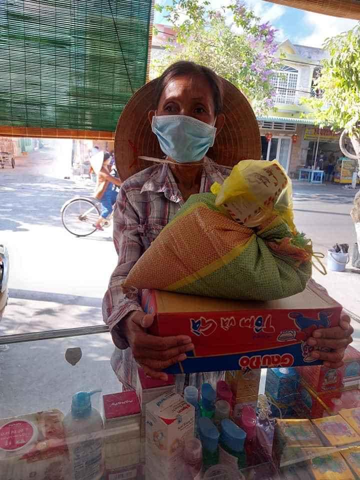 Một hộ khó khăn nhận quà từ nhóm thiện nguyện của chị Tươi Hà, tiệm sữa SuSu