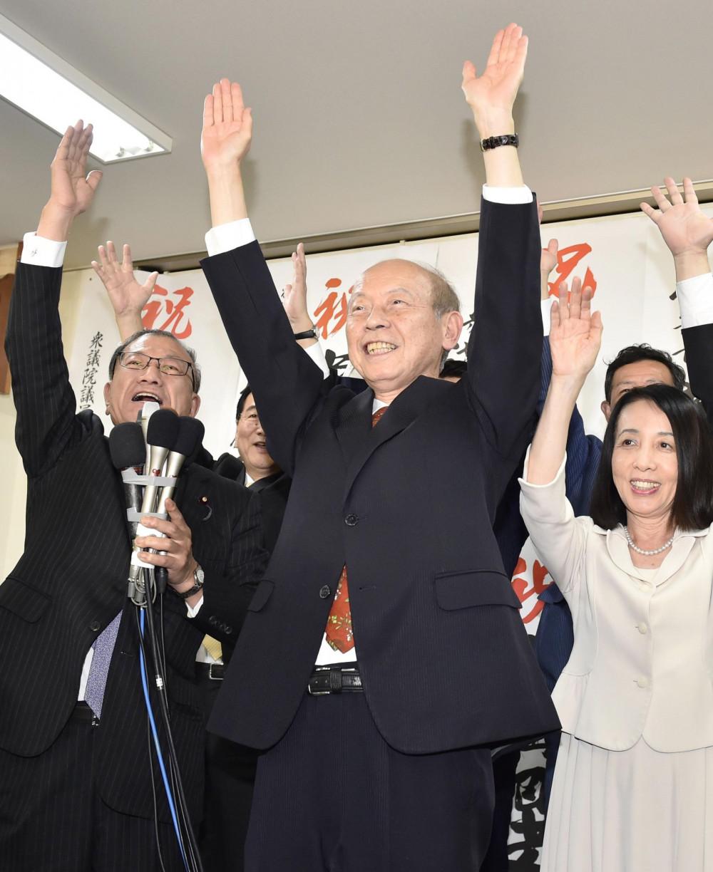 Tỉnh trưởng Toyama Takakazu Ishii (giữa). Ảnh: Kyodo News