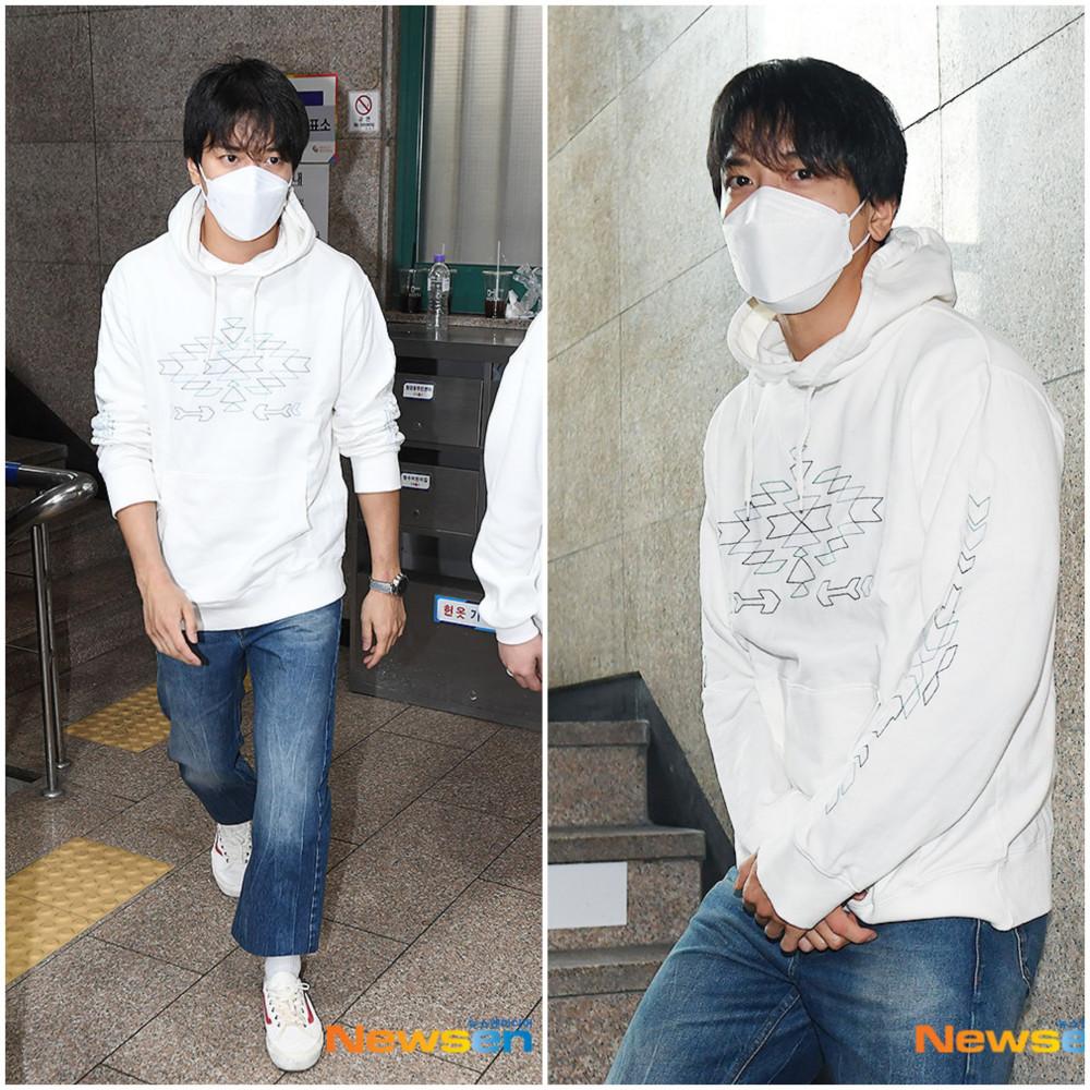 Nam idol điển trai Jung Yong Hwa trẻ trung với áo thun và quần jean tham gia bỏ phiếu. Tháng 11/2019, anh vừa hoàn thành nghĩa vụ quân sự bắt buộc, người hâm mộ đang mong ngóng sự trở lại của nam thần tượng trong năm 2020.