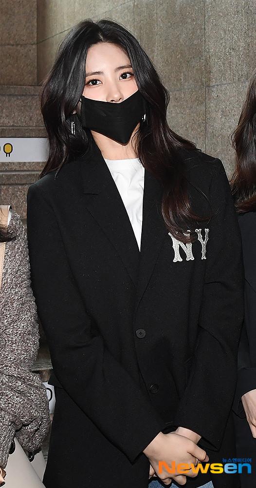 Dù bịt khẩu trang che kín nửa khuôn mặt do ảnh hưởng từ dịch COVID-19 nhưng cô nàng Ki Hee Hyun (trưởng nhóm DIA) vẫn cuốn hút người hâm mộ nhờ thần thái tươi tắn.