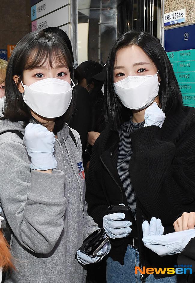 Hai cô nàng Naeun (Apink), Jinsol Lee trang bị găng tay, khẩu trang tham gia bỏ phiếu