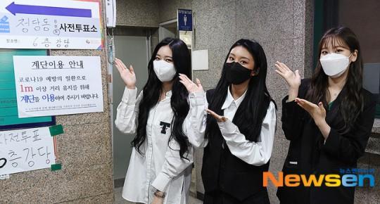 Các thành viên Momoland Jane, Hyebin và Nayun ton-sur-ton đen trắng bỏ phiếu bầu cử Quốc hội tại trung tâm ở Cheongdam-dong, Gangnam-gu, Seoul.