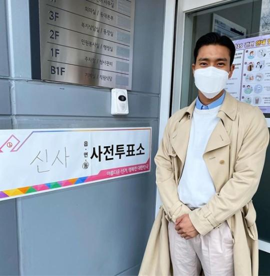 Choi Si-won lấy lại vóc dáng thon gọn hơn sau thời gian tăng cân. Nam ca sĩ chia sẻ đã hoàn thành việc việc bỏ phiếu sớm vào ngày 11/4.