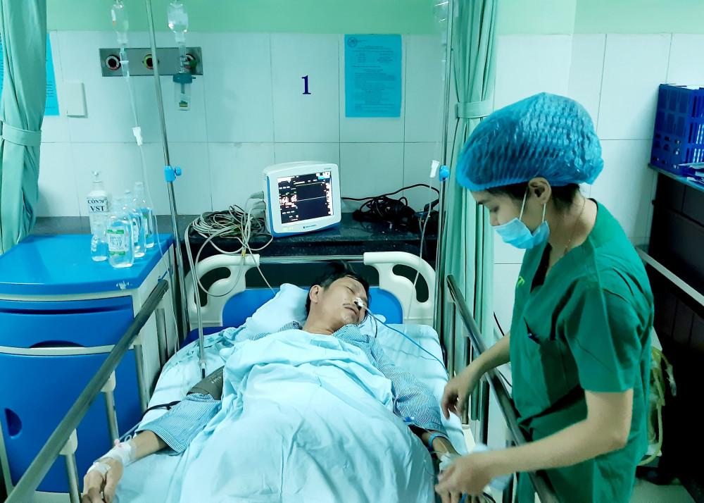 Bị cây gỗ dâm xuyên bụng, gây lủng 9 lỗ trong ruột nhưng rất may, các bác sĩ đã kịp thời cấp cứu, phẫu thuật thành công.