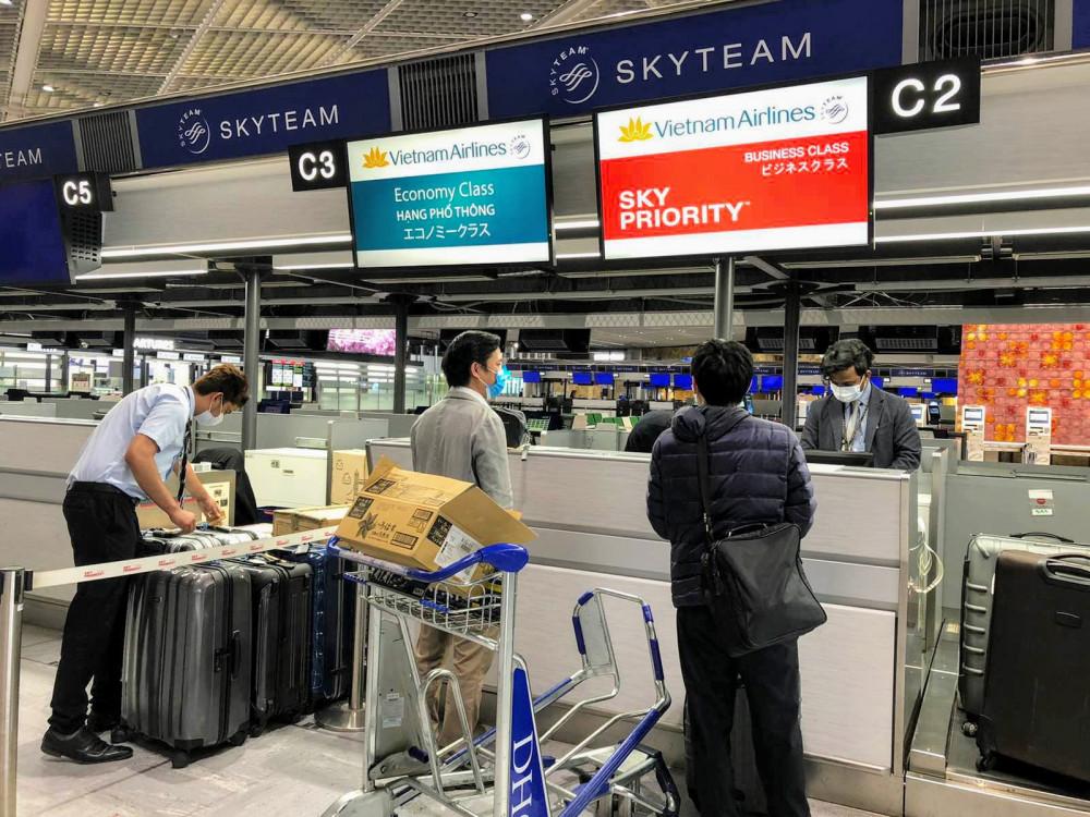 Nhóm công dân Việt Nam bị kẹt lại Nhật Bản vừa được hãng hàng không Vietnam Airlines (VNA) vừa phối hợp với Bộ Ngoại giao Việt Nam, Đại sứ quán Việt Nam tại Nhật Bản và các cơ quan chức năng Nhật Bản để chuyên chở 12 công dân Việt Nam về nước trên chuyến bay VN311 Tokyo – Hà Nội, khởi hành lúc 08h00 ngày 12/4 (theo giờ Việt Nam).