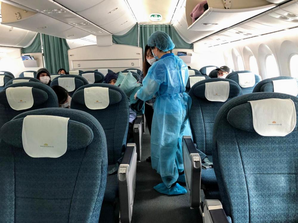 Số công dân này bao gồm các hành khách bị mắc kẹt tại sân bay Narita hơn 10 ngày nay do Nhật Bản hạn chế nhập cảnh để phòng, chống dịch Covid-19 và các hãng hàng không đã dừng bay đến Việt Nam. Ngoài ra, chuyến bay còn có các công dân Việt Nam thuộc diện đặc biệt khó khăn và không có nơi ở ổn định tại Nhật Bản, được Đại sứ quán hỗ trợ hồi hương. Chuyến bay VN311 Tokyo – Hà Nội ngày 12/4 của Vietnam Airlines là chuyến bay vận chuyển hàng hóa và chỉ chở thêm số hành khách cần hỗ trợ khẩn cấp. Tổ bay được trang bị bảo hộ y tế toàn thân. Các hành khách đều được đo thân nhiệt, kiểm tra, phỏng vấn tình trạng sức khỏe trước khi lên tàu và phải sử dụng khẩu trang trong suốt hành trình. Sau khi hạ cánh tại Việt Nam, các hành khách sẽ được đưa đi cách ly, theo dõi sức khỏe theo quy định, còn máy bay được khử trùng toàn bộ buồng lái, khoang hành khách, hầm hàng. Các nhà chức trách và Vietnam Airlines vẫn đang phối hợp, đánh giá tình hình để tiếp tục tổ chức các chuyến bay hồi hương cho công dân Việt Nam trong thời gian tới. Kể từ khi dịch Covid-19 bùng phát trên thế giới, nhiều hãng hàng không dừng bay quốc tế, Vietnam Airlines đã phối hợp với nhà chức trách tại nhiều quốc gia để thực hiện những chuyến bay hồi hương cho cả công dân Việt Nam và công dân nước ngoài, như chuyến bay đặc biệt đưa người Việt Nam tại Vũ Hán (Trung Quốc) về nước, chuyến bay hồi hương cho người Việt từ Philippines, châu Âu, Thái Lan, chuyến bay chở công dân Đức, Liên minh châu Âu về nước…