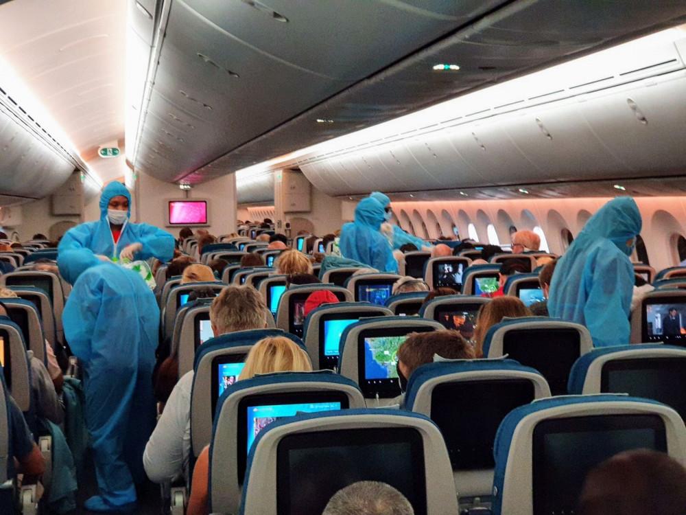 Chuyến bay ngày 8/4 kết hợp chở trang bị y tế viện trợ của Chính phủ, nhân dân Việt Nam gửi tặng Chính phủ, nhân dân 5 nước Đức, Pháp, Ý, Tây Ban Nha và Anh để hỗ trợ phòng, chống dịch Covid-19. Theo đó, các chuyến bay khai thác bằng tàu Boeing 787-10 với tổng cộng gần 600 hành khách là công dân Đức và Liên minh châu Âu đã khởi hành từ Việt Nam đi Frankfurt, Đức vào rạng sáng 6/4 và 8/4. Công tác đón tiếp, phục vụ hành khách, hàng hóa từ mặt đất đến trên không được tuân thủ nghiêm ngặt các quy định phòng chống dịch bệnh. Toàn bộ phi hành đoàn được trang bị đồ bảo hộ y tế toàn thân. Các hành khách đều được đo thân nhiệt, kiểm tra, phỏng vấn tình trạng sức khỏe trước khi lên tàu. Hành khách được yêu cầu sử dụng khẩu trang trong suốt chuyến bay. Nhằm hạn chế nguy cơ lây nhiễm qua tiếp xúc vật dụng dùng nhiều lần, Vietnam Airlines không phục vụ suất ăn nóng và tạp chí trên các chuyến bay này. Trên chiều từ Đức về Việt Nam, các chuyến bay không chở hành khách, chỉ chở hàng hóa. Các máy bay được vệ sinh, khử trùng y tế toàn bộ khoang hành khách, buồng lái, hầm hàng ngay sau khi hạ cánh. Chuyến bay có ý nghĩa đặc biệt với các hành khách Đức, châu Âu đang mắc kẹt tại Việt Nam do hiện nay, các chuyến bay thường lệ từ Việt Nam đi quốc tế đều đã bị tạm dừng. Bên cạnh ý nghĩa vận chuyển hành khách hồi hương, viện trợ hàng hóa y tế, chuyến bay còn góp phần thắt chặt quan hệ ngoại giao giữa Việt Nam với Đức và các nước châu Âu, hỗ trợ công cuộc phòng chống, đẩy lùi đại dịch Covid-19 trên toàn thế giới.