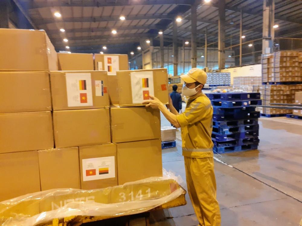 Hàng hoá y tế Việt Nam viện trợ cho 05 nước châu Âu trên chuyến bay ngày 8/4.