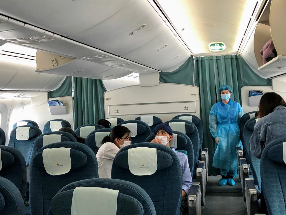 Chuyến bay VN311 Tokyo – Hà Nội ngày 12/4 của Vietnam Airlines là chuyến bay vận chuyển hàng hóa và chỉ chở thêm số hành khách cần hỗ trợ khẩn cấp. Tổ bay được trang bị bảo hộ y tế toàn thân. Các hành khách đều được đo thân nhiệt, kiểm tra, phỏng vấn tình trạng sức khỏe trước khi lên tàu và phải sử dụng khẩu trang trong suốt hành trình. Sau khi hạ cánh tại Việt Nam, các hành khách sẽ được đưa đi cách ly, theo dõi sức khỏe theo quy định, còn máy bay được khử trùng toàn bộ buồng lái, khoang hành khách, hầm hàng. Các nhà chức trách và Vietnam Airlines vẫn đang phối hợp, đánh giá tình hình để tiếp tục tổ chức các chuyến bay hồi hương cho công dân Việt Nam trong thời gian tới. Kể từ khi dịch Covid-19 bùng phát trên thế giới, nhiều hãng hàng không dừng bay quốc tế, Vietnam Airlines đã phối hợp với nhà chức trách tại nhiều quốc gia để thực hiện những chuyến bay hồi hương cho cả công dân Việt Nam và công dân nước ngoài, như chuyến bay đặc biệt đưa người Việt Nam tại Vũ Hán (Trung Quốc) về nước, chuyến bay hồi hương cho người Việt từ Philippines, châu Âu, Thái Lan, chuyến bay chở công dân Đức, Liên minh châu Âu về nước…
