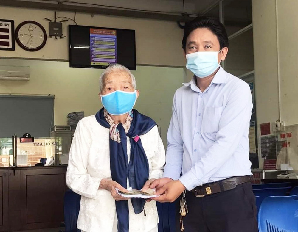 Mẹ Huế dành lương tháng Tư tặng Ủy ban Mặt trận Tổ quốc xã Vĩnh Lộc, H.Bình Chánh để chăm lo cho mùa dịch