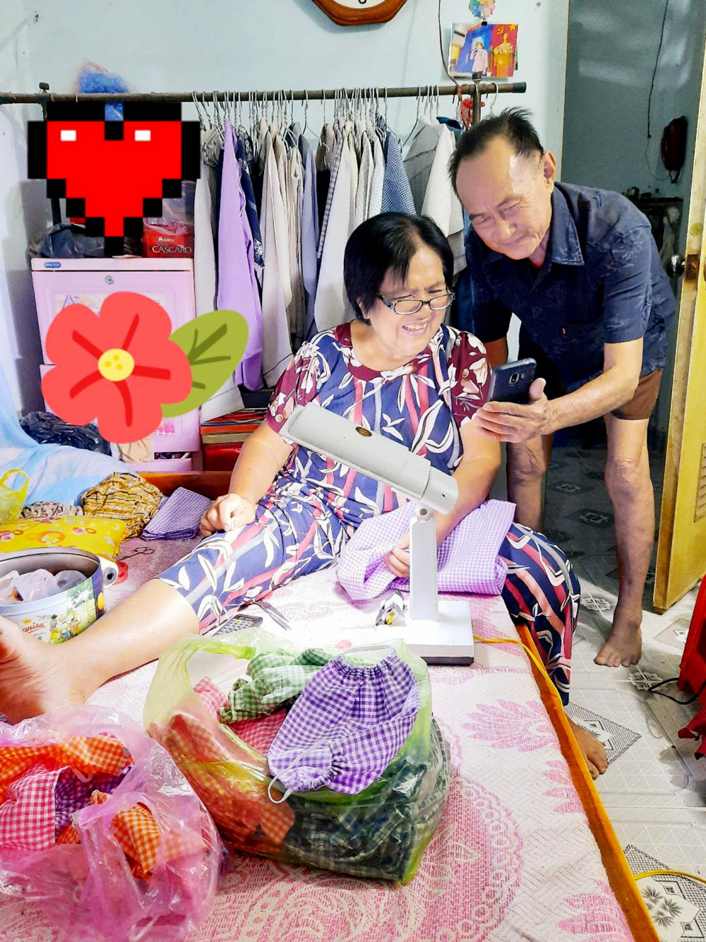 Ông bà cùng vui khi xem hình các cháu mặc đồ của bà may gửi về