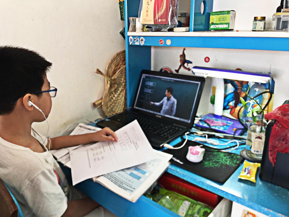 Học online hiệu quả không bằng học trực tiếp tại trường - Ảnh: Mai Trúc