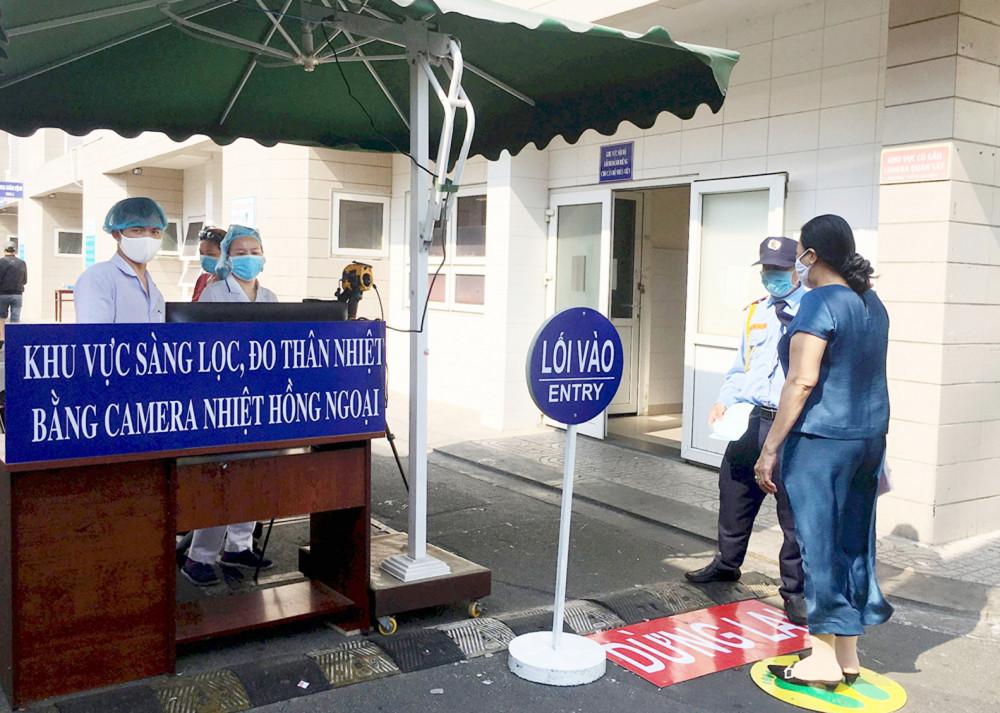 Đo thân nhiệt cho bệnh nhân vào khám tại Bệnh viện Thống Nhất TP.HCM - Ảnh: Bệnh viện cung cấp
