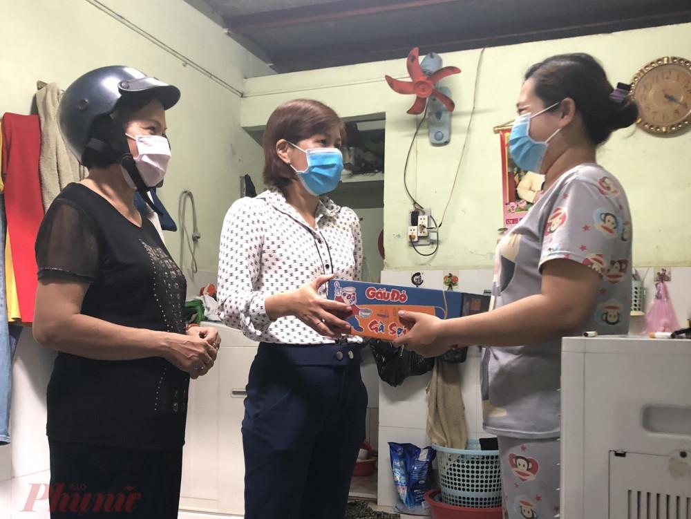 Hội LHPN tặng quà chia sẻ khó khăn với người lao động trong lúc dịch COVID - 19